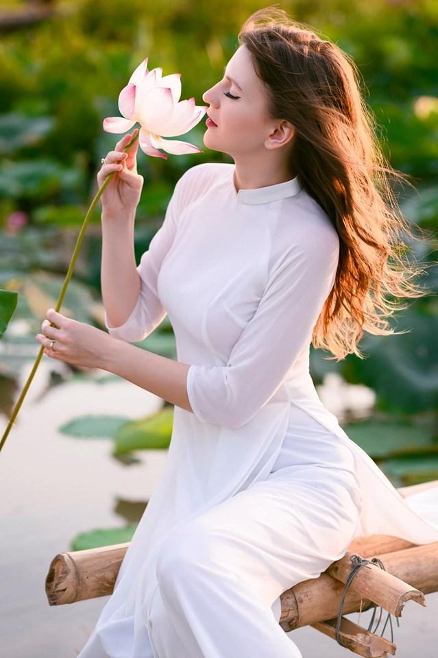 Những cô gái ngoại quốc 'đốn tim' người nhìn vì đẹp như nữ thần bên sen Ảnh 5