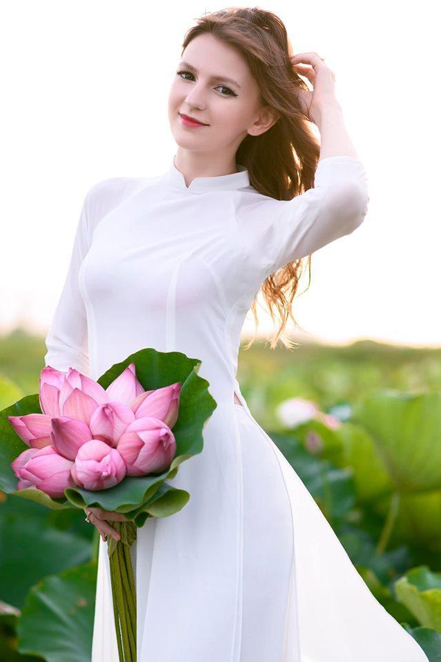 Những cô gái ngoại quốc 'đốn tim' người nhìn vì đẹp như nữ thần bên sen Ảnh 6