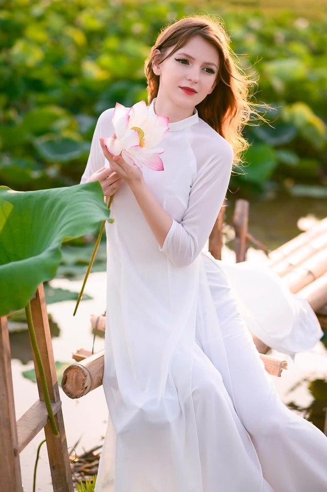 Những cô gái ngoại quốc 'đốn tim' người nhìn vì đẹp như nữ thần bên sen Ảnh 7