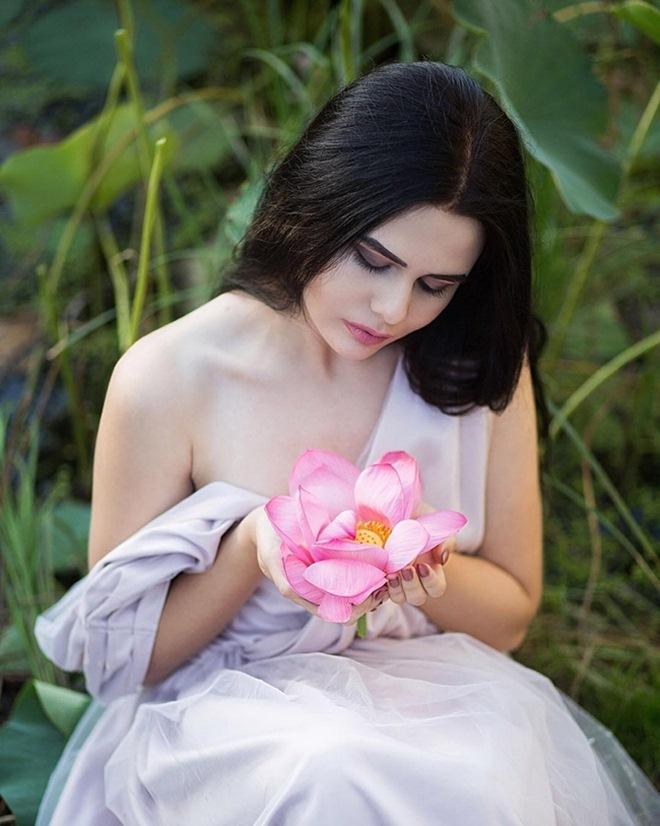 Những cô gái ngoại quốc 'đốn tim' người nhìn vì đẹp như nữ thần bên sen Ảnh 12