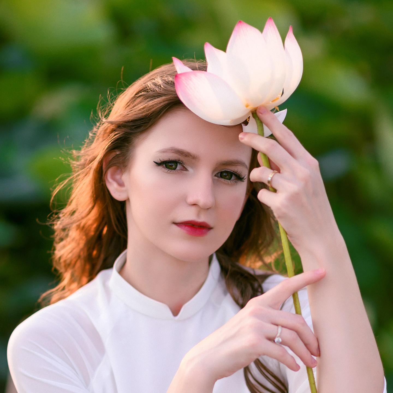 Những cô gái ngoại quốc 'đốn tim' người nhìn vì đẹp như nữ thần bên sen Ảnh 4