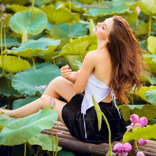 Những cô gái ngoại quốc 'đốn tim' người nhìn vì đẹp như nữ thần bên sen Ảnh 3