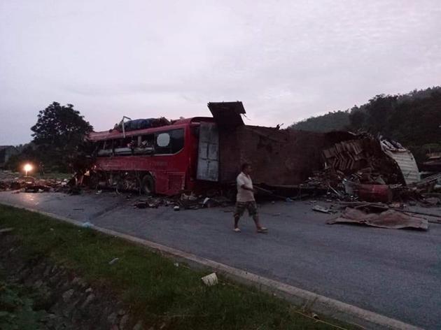 Tai nạn thảm khốc: Xe tải đâm nát xe khách giường nằm Điện Biên, nhiều người thương vong Ảnh 6