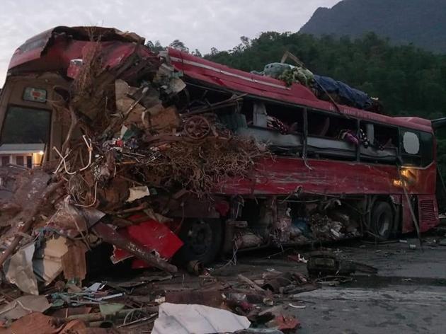 Tai nạn thảm khốc: Xe tải đâm nát xe khách giường nằm Điện Biên, nhiều người thương vong Ảnh 1