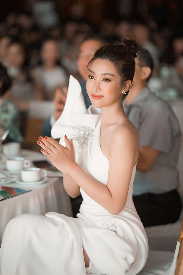 Ngạc nhiên chưa, Hoa hậu Đỗ Mỹ Linh thăng hạng nhan sắc sau thời gian lăn lộn ghi hình chương trình thực tế Ảnh 4