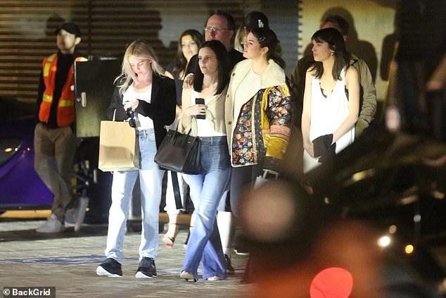 Selena Gomez để mặt mộc, kẹp tóc điệu đà ra phố đi ăn tối cùng bạn bè Ảnh 6
