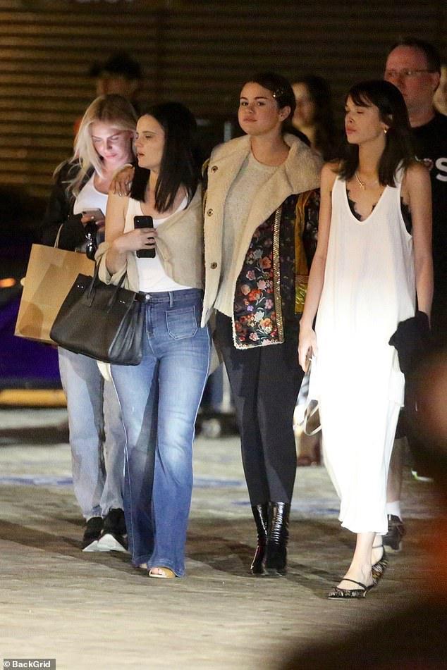 Selena Gomez để mặt mộc, kẹp tóc điệu đà ra phố đi ăn tối cùng bạn bè Ảnh 2