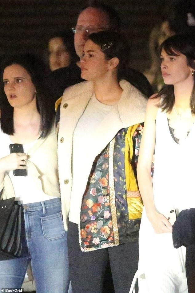 Selena Gomez để mặt mộc, kẹp tóc điệu đà ra phố đi ăn tối cùng bạn bè Ảnh 1