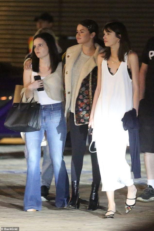 Selena Gomez để mặt mộc, kẹp tóc điệu đà ra phố đi ăn tối cùng bạn bè Ảnh 3