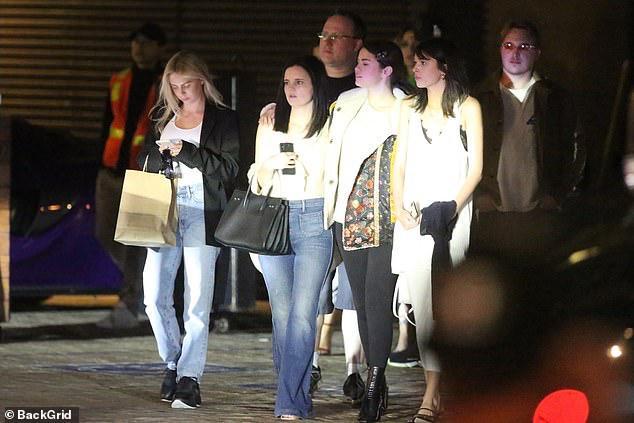 Selena Gomez để mặt mộc, kẹp tóc điệu đà ra phố đi ăn tối cùng bạn bè Ảnh 5