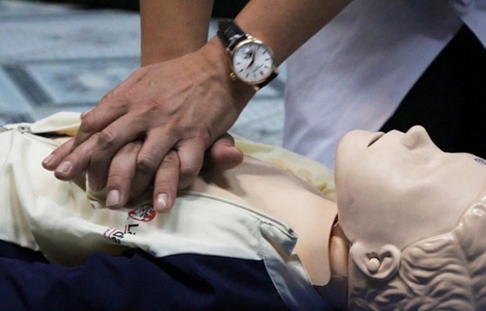 Nhảy xuống hồ bơi, bé trai 5 tuổi phải cấp cứu khẩn cấp Ảnh 3