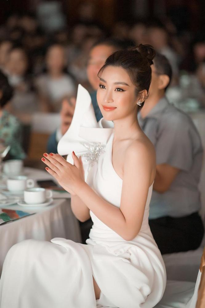Đỗ Mỹ Linh bị nhà đài nhắc nhở vì trang phục 'hoành tráng' khi dẫn sóng VTV Ảnh 3