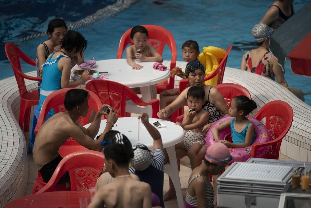 Người Triều Tiên giải nhiệt trong nắng hè Ảnh 5