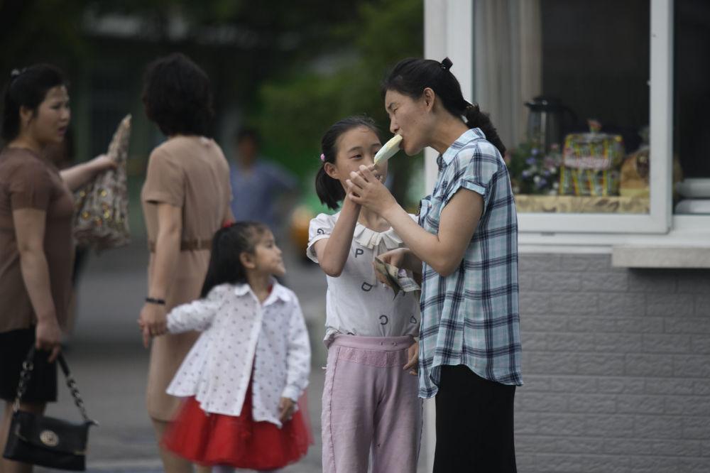 Người Triều Tiên giải nhiệt trong nắng hè Ảnh 7