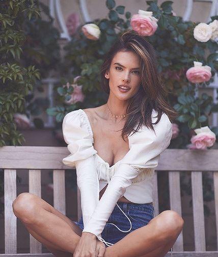 Alessandra Ambrosio 'thiêu đốt' nắng hè với áo tắm Ảnh 10