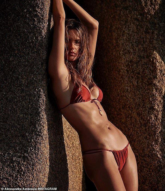 Alessandra Ambrosio 'thiêu đốt' nắng hè với áo tắm Ảnh 3