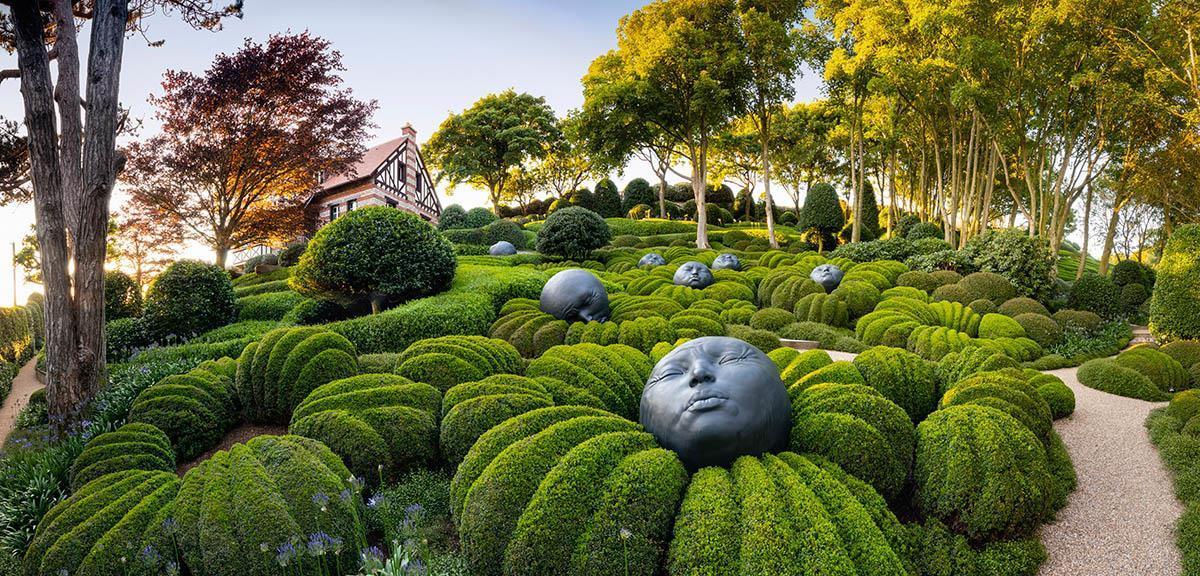 Khu vườn kỳ dị hút khách nhờ những viên đá mặt người khổng lồ Ảnh 1