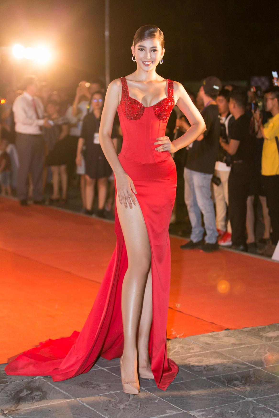 Hoa hậu Tiểu Vy ngày càng gợi cảm, táo bạo ở tuổi 19 Ảnh 2