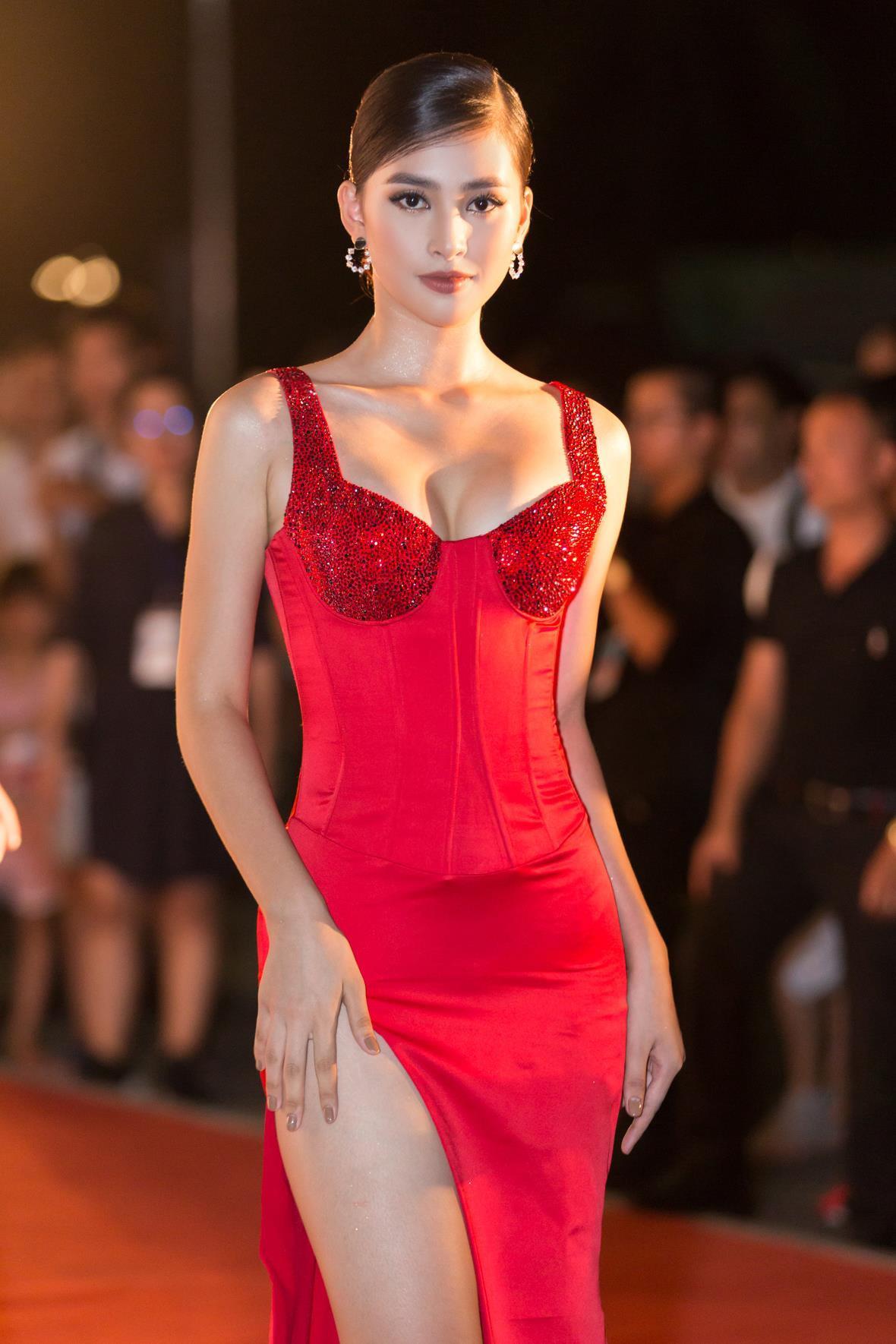 Hoa hậu Tiểu Vy ngày càng gợi cảm, táo bạo ở tuổi 19 Ảnh 1