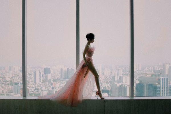 Vẫn là váy xẻ cao tận xương hông nhưng không ai còn dị nghị Ngọc Trinh được nữa Ảnh 2