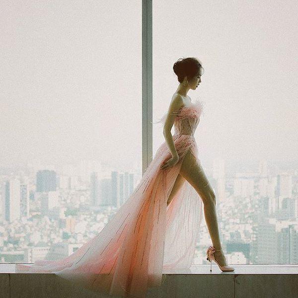 Vẫn là váy xẻ cao tận xương hông nhưng không ai còn dị nghị Ngọc Trinh được nữa Ảnh 4