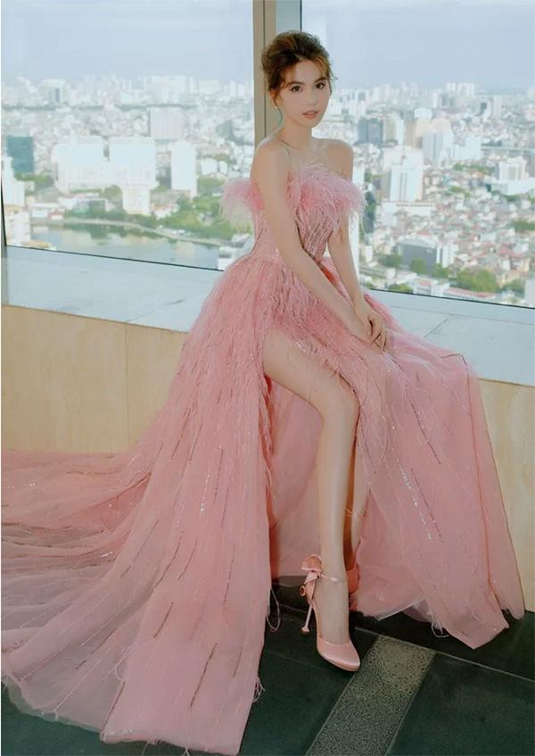 Vẫn là váy xẻ cao tận xương hông nhưng không ai còn dị nghị Ngọc Trinh được nữa Ảnh 6