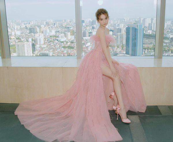Vẫn là váy xẻ cao tận xương hông nhưng không ai còn dị nghị Ngọc Trinh được nữa Ảnh 3