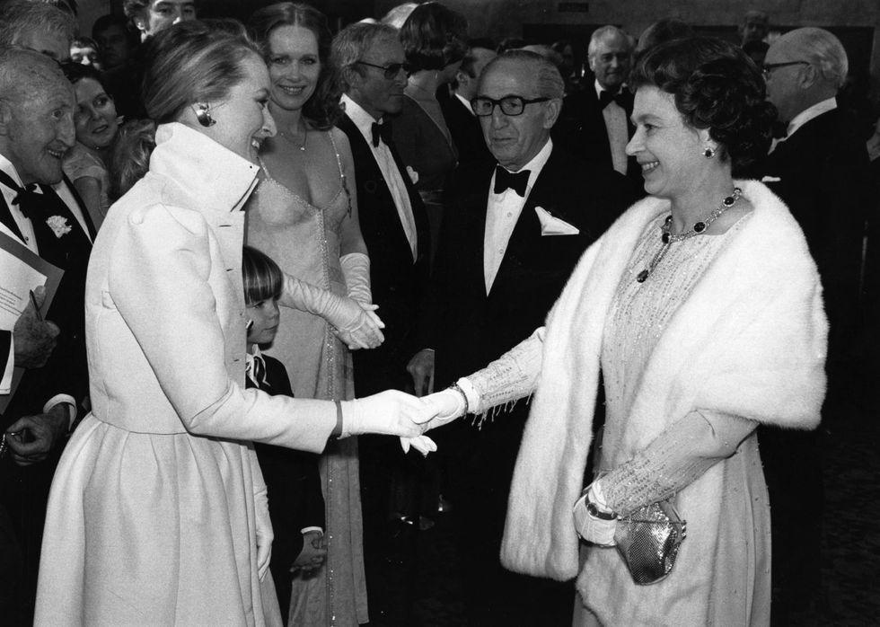 Điểm danh những ngôi sao vinh dự được diện kiến Nữ hoàng Anh Ảnh 3