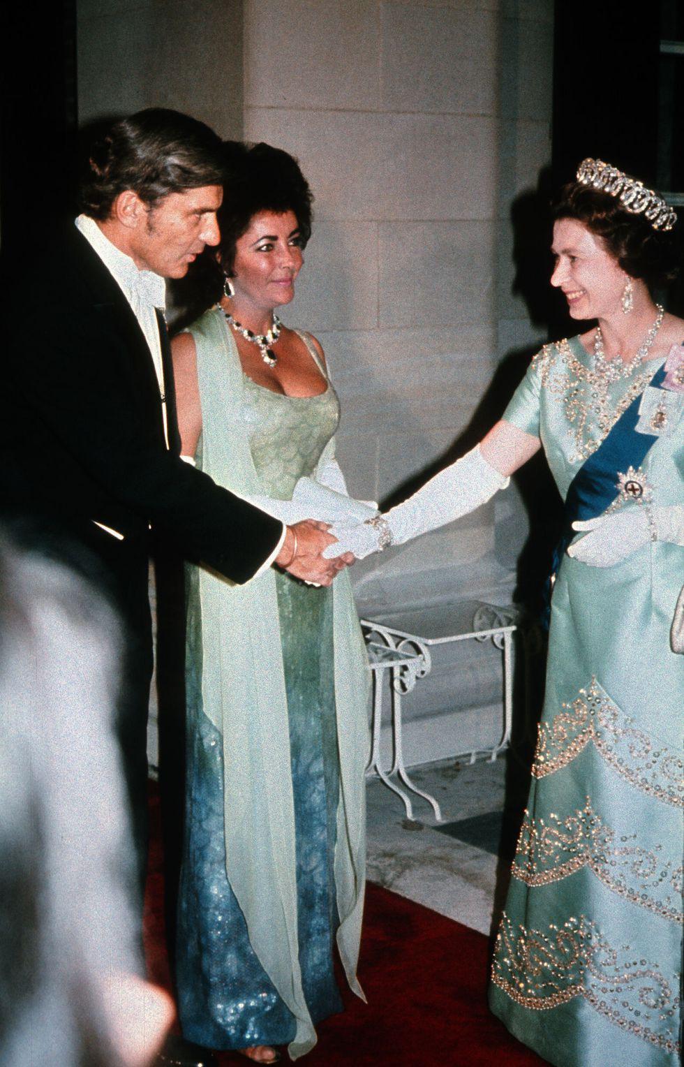 Điểm danh những ngôi sao vinh dự được diện kiến Nữ hoàng Anh Ảnh 2
