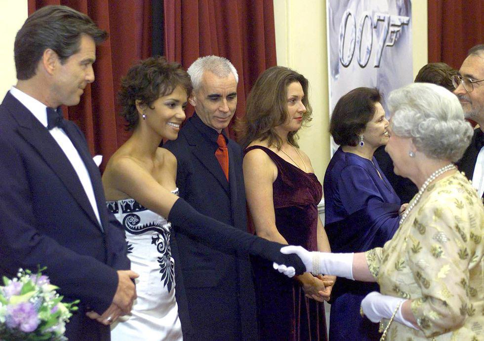 Điểm danh những ngôi sao vinh dự được diện kiến Nữ hoàng Anh Ảnh 5