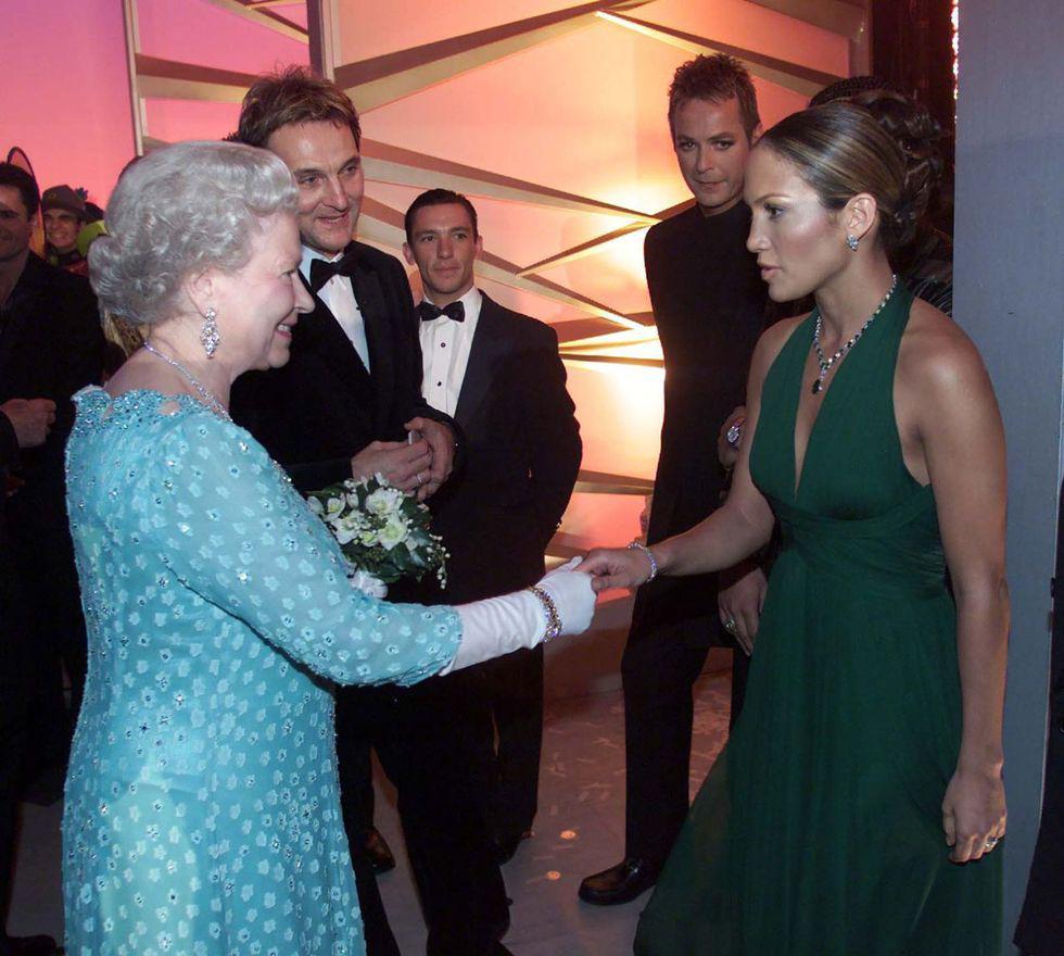Điểm danh những ngôi sao vinh dự được diện kiến Nữ hoàng Anh Ảnh 4