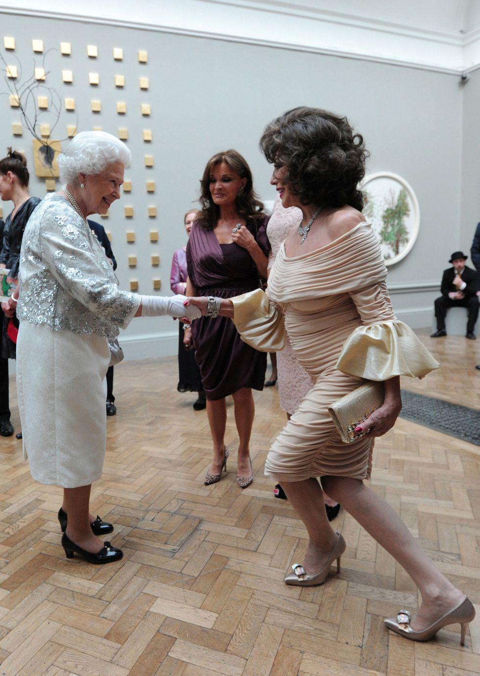 Điểm danh những ngôi sao vinh dự được diện kiến Nữ hoàng Anh Ảnh 12