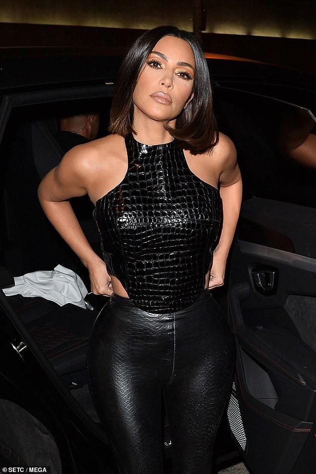 Kim Kardashian trang điểm cầu kỳ gợi cảm khi đi dự tiệc cùng ông xã Ảnh 5