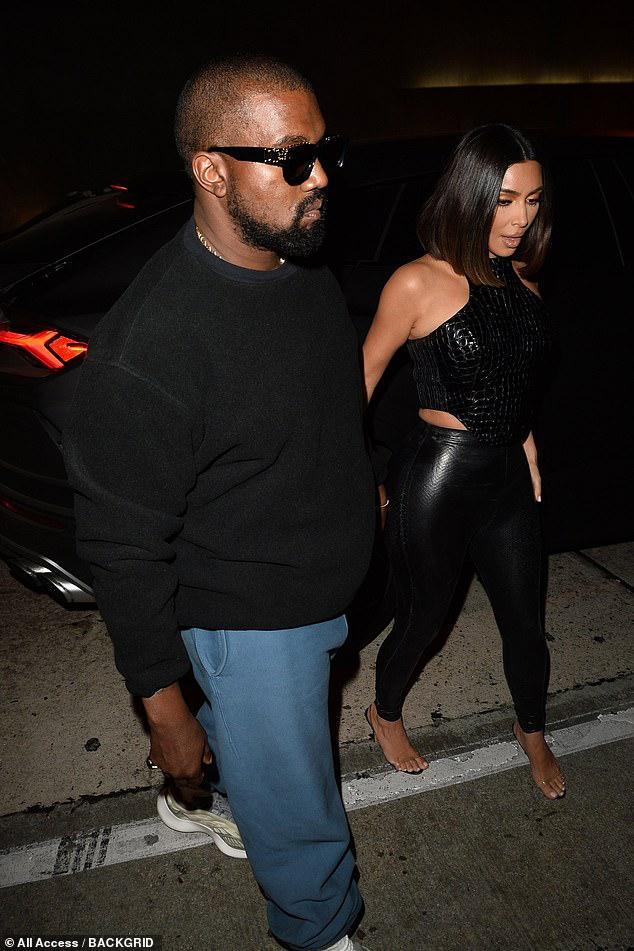 Kim Kardashian trang điểm cầu kỳ gợi cảm khi đi dự tiệc cùng ông xã Ảnh 8
