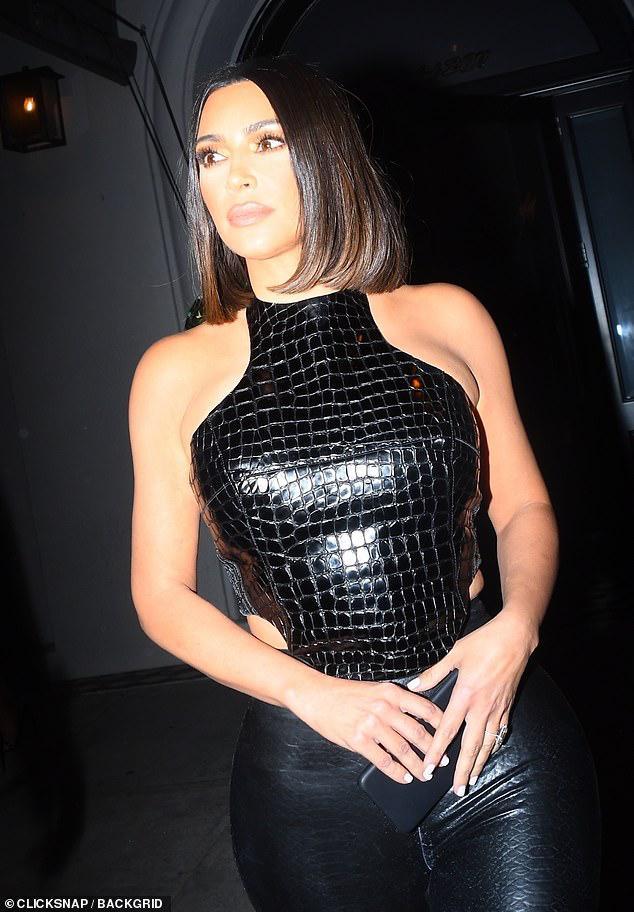 Kim Kardashian trang điểm cầu kỳ gợi cảm khi đi dự tiệc cùng ông xã Ảnh 10