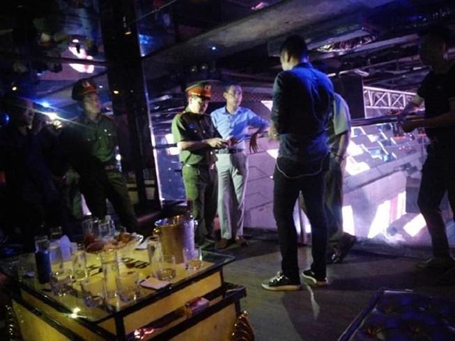 Cảnh sát ập vào quán bar, phát hiện cả kho 'bóng cười'