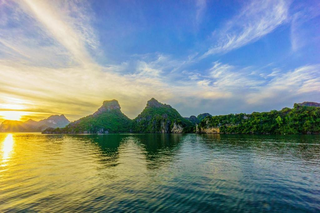 Vịnh Hạ Long vào top 10 điểm ngắm bình minh đẹp nhất thế giới Ảnh 6