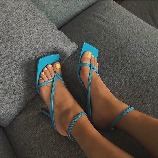 Giày mũi vuông trở lại, 'thống lĩnh' xu hướng thời trang đường phố Ảnh 2