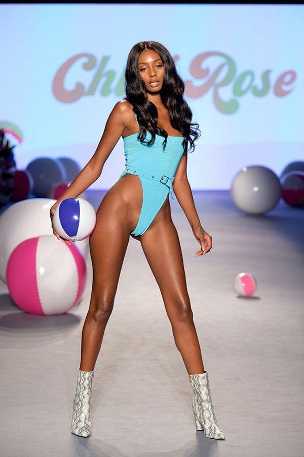 Thiết kế đồ bơi hở bạo 'cắt xẻ' vòng một tại Tuần lễ thời trang áo tắm Miami gây chú ý Ảnh 3