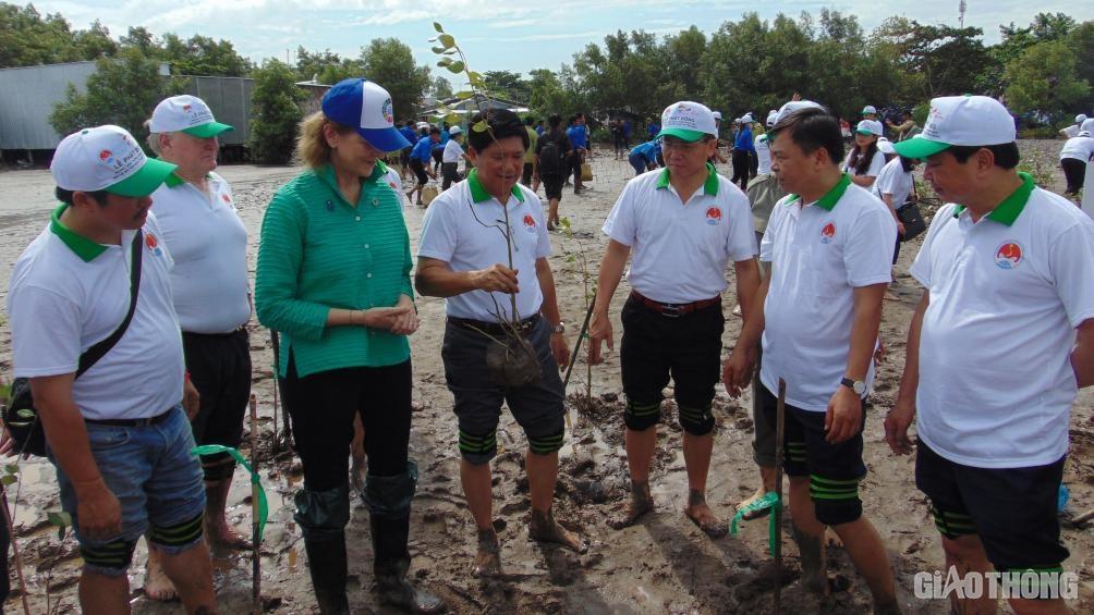 Hơn 500 người tham gia phát động trồng rừng ngập mặn ở ĐBSCL Ảnh 1