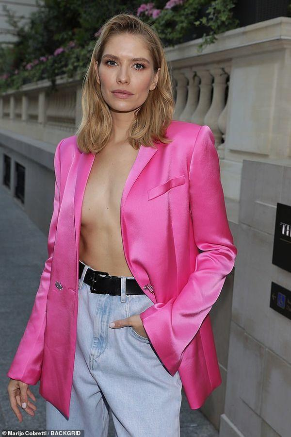 Muôn vàn kiểu diện vest không nội y càn quét Hollywood đến sao Việt như Mai Phương Thúy, Ngọc Trinh Ảnh 2