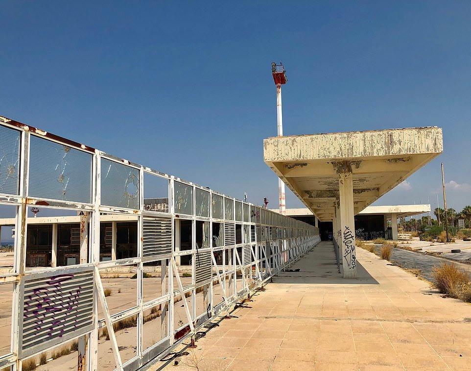 Loạt máy bay khổng lồ gỉ sét trong phi trường bỏ hoang ở Hy Lạp Ảnh 6