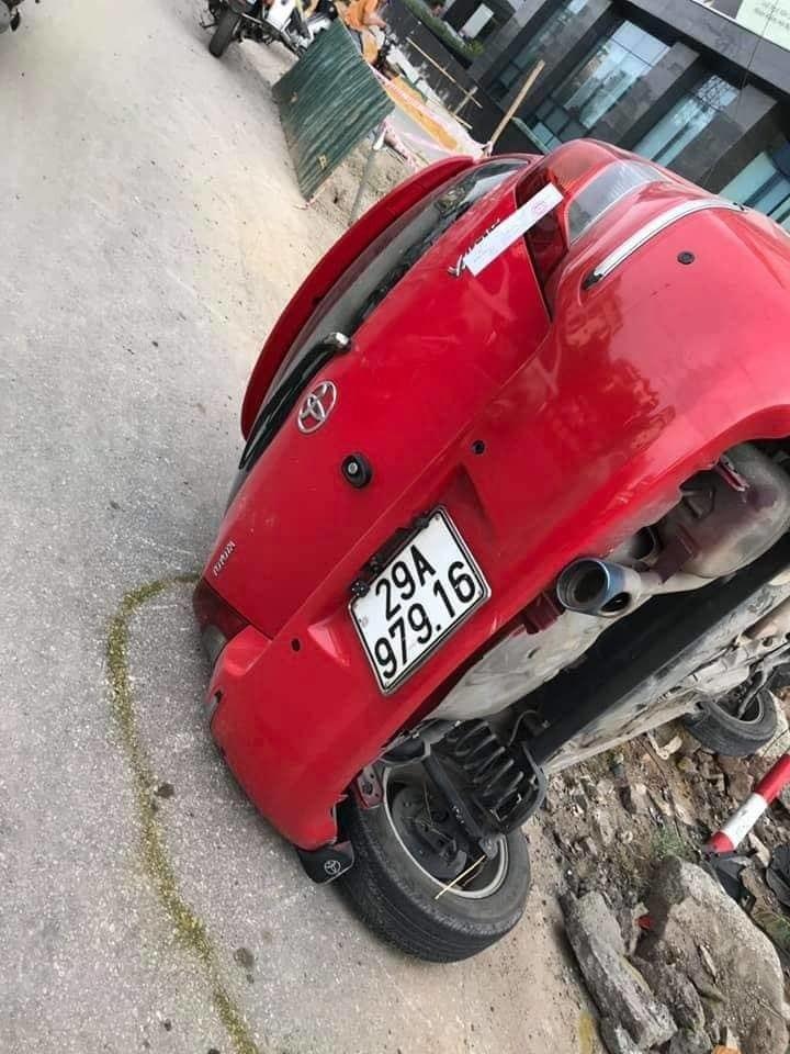 Va chạm với xe máy, nữ tài xế Yaris bị thương trong chiếc xe lật nghiêng Ảnh 1
