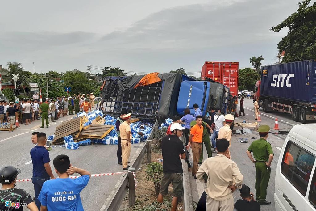 Dân Hải Dương vẫn liều mình băng qua đoạn đường vừa xảy ra tai nạn Ảnh 7