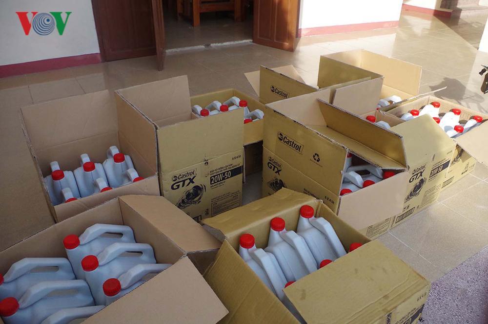 Bắt giữ gần 2.000 lít nhớt giả nhãn hiệu nổi tiếng Castrol Ảnh 1