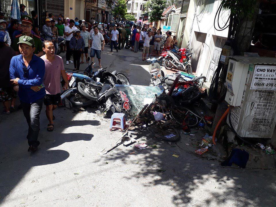 Hiện trường vụ xe giường nằm hất tung 12 xe máy và 2 ô tô, 2 người chết Ảnh 6