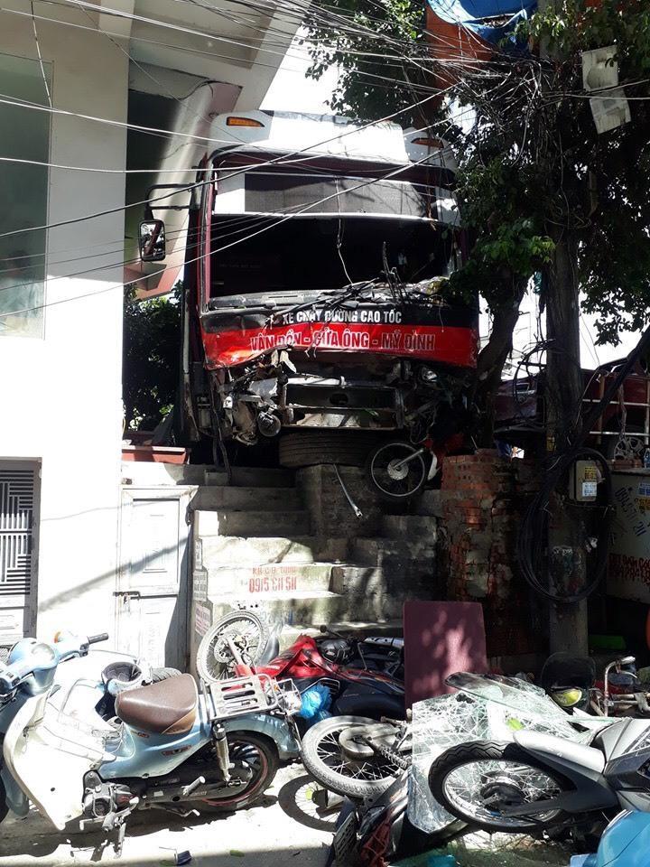 Hiện trường vụ xe giường nằm hất tung 12 xe máy và 2 ô tô, 2 người chết Ảnh 1
