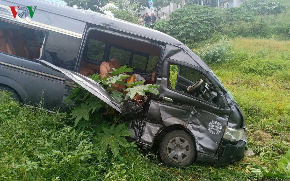 Xe chở công nhân tông xe limousine bay xuống hố Ảnh 1