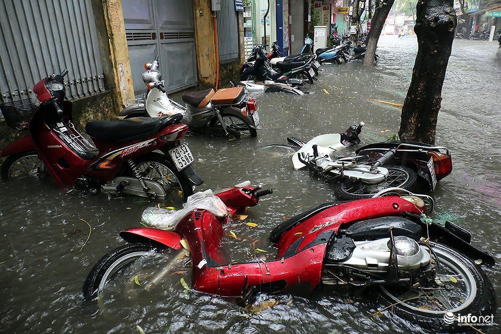 Mưa to các tuyến phố Hà Nội lại 'biến hình' thành sông Ảnh 6