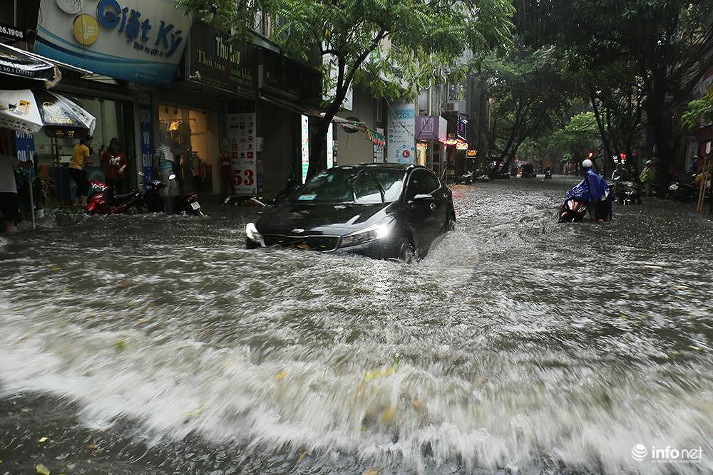 Mưa to các tuyến phố Hà Nội lại 'biến hình' thành sông Ảnh 5